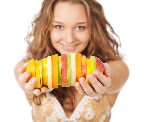 4- Güvenilir atıştırmalar: Öğünler arasında atıştırmak bu diyette, diğer diyetlere nazaran daha az sorun teşkil eder. Eğer bir şeyler atıştıracaksanız, ne yiyeceğiniz konusunda dikkatli olun. Bunun için en iyi yol fındıktır. Diğer atıştırmalıklar ise şöyle:  * Günde birden fazla meyve (Fakat muz, ananas ya da mango değil.)   * Yoğurt, şekersiz ve az yağlı   * Taze sebzeler (dilimlenmiş havuç, kereviz, salatalık)  * Şekersiz marmelat     * Az yağlı ve şekersiz dondurma    * Düşük GI değerine sahip fındık ya da çikolata bar.