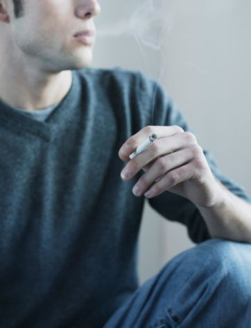 1. Sigara ve diğer tütün ürünlerini kullanmayın  Sigara ve diğer tütün ürünleri, tüm kanser ölümlerinin %30'undan sorumludur. Sigara kullananlarda akciğer kanseri gelişme oranı, kullanmayanlara göre 20 kat fazladır.   Akciğer kanserlerinden ölümlerin yaklaşık yüzde 90'ı sigara ilişkilidir. Ağız içi, baş boyun bölgesi, ses telleri, idrar kesesi ve yolları kanserleri ile pankreas kanseri de tütün kullanımıyla doğrudan ilişkilidir. Sigara kullananlarda meme kanseri riski de yükselir.