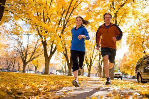 7. Hareket edin, kilo verin  Obezite ve menopoz sonrası şişmanlama meme kanseri için ciddi bir risk faktörüdür. Düzenli egzersizler ve yürüyüş, hafif spor gibi fiziksel aktiviteler meme ve kolon kanseri riskini azaltır.   ABD'de ilk adet yaşının giderek çok erken yaşlara kayması ve menopoz yaşının daha ileri yaşlara kalması sonucu meme kanseri vakası artmaktadır. Bu nedenle çocuklara egsersiz programları verilerek ilk adet yaşının geciktirilmesini hedefleyen ulusal programlar uygulanmaktadır.