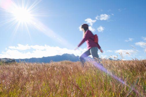 4. Güneşten ve radyasyondan korunun  Solar ultraviyole radyasyon; malign melanom, yassı hücreli kanser ve bazal hücreli kanser gibi deri kanserlerinin riskini arttırır. Kanserojenik etki deri hücrelerinin DNA'sına direk hasar verir.   Ultraviyole ışınları gen mutasyonlarına yol açarak da kansere neden olur. Tanı ve tedavi amaçlı iyonize radyasyona maruz kalan çocuklarda lösemi riski, normal popülasyona göre daha fazladır. Günümüzde bilgisayarlı tomografilerde yeni teknolojiler kullanarak çekim süresi kısaltılmış ve radyasyona maruziyet 5-10 kat azaltılmıştır.   Yine de gereksiz ve çok sık çekimlerden kaçının. Magnetik Rezonans(MR) ile ise gösterilmiş bir risk yoktur.