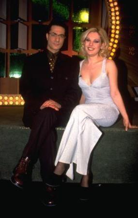 """KAYAHAN'IN KIZI DA HOSTESTİ   Ünlü şarkıcı Kayahan'ın kızı Beste Acar da 1998 yılında """"Çarkıfelek"""" hostesi olmuştu."""
