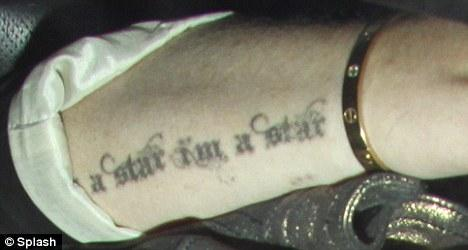 "Lohan, kolunda ""i'm a star. i'm a star"" (Ben bir yıldızım. Ben bir yıldızım) yazılı bir dövme bulunuyor."