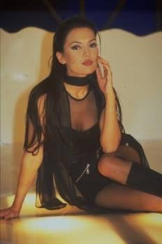 Demet Akalın, 1990 yılında mayo güzelliği yarışmasında birinci seçildi.
