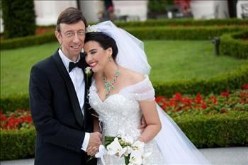 """BÜYÜK KAVGADA 2. RAUND  Oyuncu Şahnaz Çakıralp, geçtiğimiz Mayıs ayında evlendiği göz doktoru Prof. Dr. Murat Öncel'den boşanma kararı aldı. Çakıralp, Öncel hakkında """"Kocalık görevini yerine getiremiyor"""" açıklamasını yapmıştı.   Öncel de bunun üzerine, şöyle konuştu: """"Şahnaz'la evlenmeden önce 5 ay aynı evde yaşadık. O süre içinde anlamamış mı neyin ne olduğunu? Ağustos'ta evi ayırdığımızda gazeteciler 'Evliliklerinde problem var' diye haberler yapmıştı.   Ben bu kadar kötü biriydim de madem, neden 'Biz çok mutluyuz' diye açıklama yaptı? Nasıl bir oyun içinde olduğunu gerçekten anlayamadım. Benden birtakım beklentileri olduğu için kamuoyunda kendisini küçük düşürüyor. Parası olmayan adam Four Seasons'ta krallar gibi düğün yapar mı?"""""""