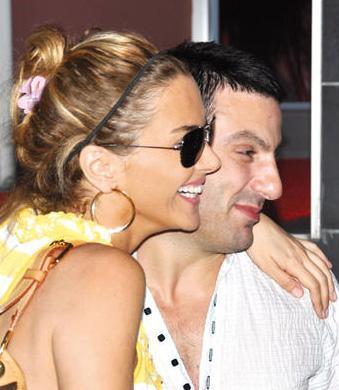 Bu arada Erken ile Güloğlu, TV'de Hayata Gülerken adlı bir program hazırlamaya başladılar. Kısa süre sonra da nişanlandıkları haberi geldi.