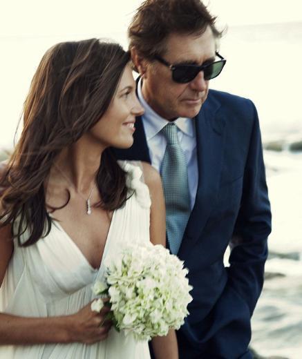 """OĞLUNUN ESKİ FLÖRTÜYLE EVLENDİ Müzik dünyasının """"eski tüfeklerinden"""" Bryan Ferry, genç sevgilisi Amanda Sheppard ile evlendi.   29 yaşındaki halkla ilişkiler uzmanı Sheppard ile 66 yaşındaki Ferry'nin düğünü Turk ve Caicos adalarındaki lüks bir mekanda yapıldı. Bu, Sheppard'ın ilk, dört çocuk babası Ferry'nin ise ikinci evliliği.   İşin en çarpıcı yanı ise çiçeği burnunda gelinin, Ferry'nin oğlunun eski flörtü olması."""