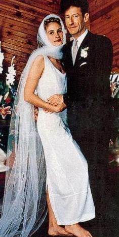 Roberts'ın hayranları onun sıradan bir dış görünüşe sahip olan Lovett'la evlenmesine bir anlam veremediler önceleri.   Çift önceleri gayet mutluydu. Ama evlilikleri iki yıl sonra bitti.