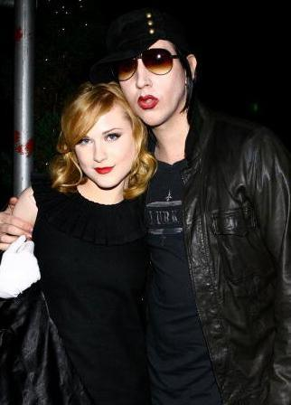 ESKİ EŞİNİN YARI YAŞINDA Evan Rachel Wood sinemanın güzel genç yıldızlarından biri... Herkes onun kendisi gibi genç ve yakışıklı biriyle birlikte olmasını bekliyordu... Wood, Marilyn Manson ile aşk yaşamaya başladı...