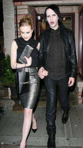 Eşi burlesk dansçı Dita Von Teese'den ayrılan Marilyn Manson ile el ele görüldüğünde herkes çok şaşırdı. 1987 doğumlu Wood ile 1969 doğumlu Manson'ın aşkları uzun sürmedi.