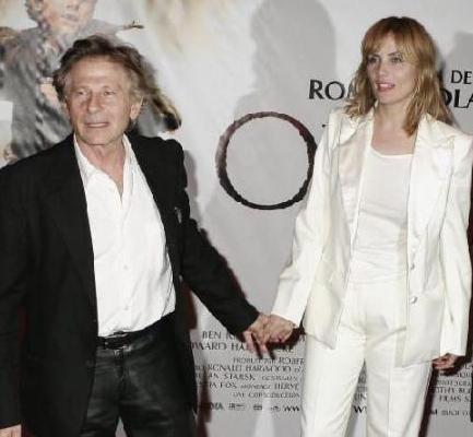 EŞİNDEN 33 YAŞ BÜYÜK Yönetmen Roman Polanski'nin boyu 1.65 cm. Eşi Emmanuelle Seigner ise 1. 73 boyunda.