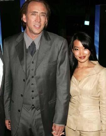 40'lı yaşlarının sonuna gelen Cage'in eşi kendisinden 20 yaş küçük.