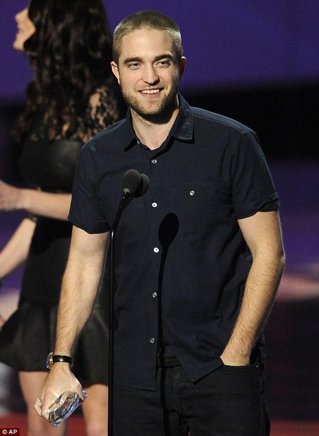 Twiliight filmiyle kadınların gönüllerine taht kuran Robert Pattinson, imzası haline gelen saçlarını kestirdi.