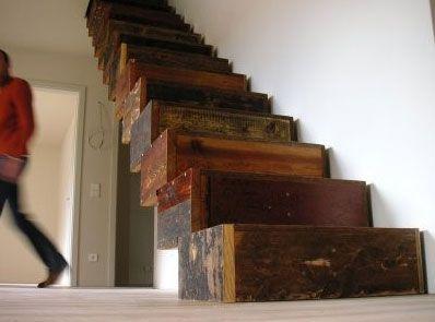 Merdivenin altından geçmek uğursuzluk mu ?  Duvara dayanan bir merdiven, duvar ile arasında bir üçgen oluşturur. Bu, bir çok kültürde tanrıların kutsal üçgeni olarak bilinir. Örneğin piramitlerin kenarlarının üçgen olması da bu inanca dayanır. Bir üçgenin içinden geçmek de, bir kutsal yere meydan okumak anlamına gelebilir.  Eski Mısırlılar için zaten merdivenin kendisi iyi şansın sembolü idi. Merdiven olmasaydı, Güneş Tanrısı Osiris'i karanlıkların ruhundaki hapis hayatından kurtarmak mümkün olamayacaktı. Ayrıca merdiven, tanrıların katına tırmanmak için de şekilsel bir semboldü.