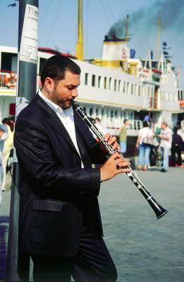 SABAHA KADAR KLARNET ÇALIYOR  Klarnetçi Hüsnü Şenlendirici'nin müzik tutkusu da bir dönem komşularını canından bezdirmişti.
