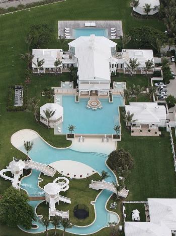 Celine Dion ve eşi Rene Angelil'in, 12 buçuk milyon dolarlık evlerinin değerini artırmak için havuz yaptırdıkları ileri sürülmüştü.
