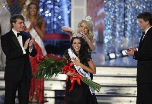 Wisconsin Laura Kaeppeler, Planet Hollywood Resort & Casino Las Vegas Sahne Sanatları Tiyatrosu'nda düzenlenen 91. Miss America 2012 güzellik yarışmasının birincisi oldu.