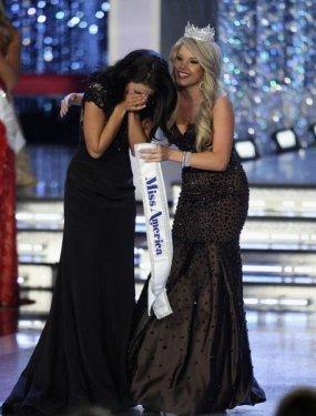 Kaeppeler'in tacını Miss America 2011 Teresa Scanlan taktı.