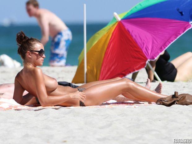 21 yaşındaki İngiliz manken Rosie Jones Miami salinde üztsüz güneşlenirken paparazzilere yakalandı.