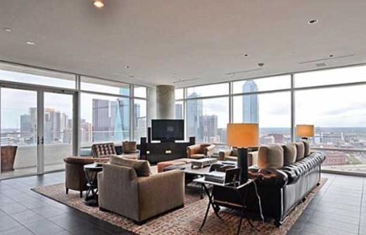 Evin bütün odalarında camlar tavandan tabana kadar uzanıyor.