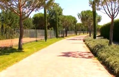 ARDA'NIN EVİ VE ÜNLÜ KOMŞULARI  GalatarasaY'dan İspanya'ın Atletica Modrid takımına transfer olan Arda Turan, artık Madrid'de lüks bir sitede yaşıyor. Yıldız futbolcu; oyuncu sevgilisi Sinem Kobal'ı da zaman zaman konuk ettiği evinin kapılarını açtı.