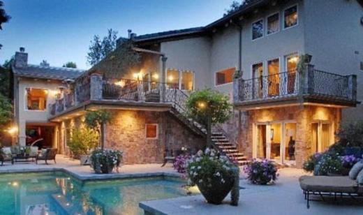 ÇİÇEĞİ BURNUNDA ÇİFTE İSPANYOL TARZI EV  Bir süre önce evlenen Nick Lachey ve Vannessa Minnillo, düğünden sonra 2.8 milyon dolara California'daki San Fernando Vadisinde muhteşem bir ev satın aldı.