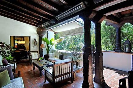 İspanyol tarzı inşa edilen evin 10'dan fazla odası var.