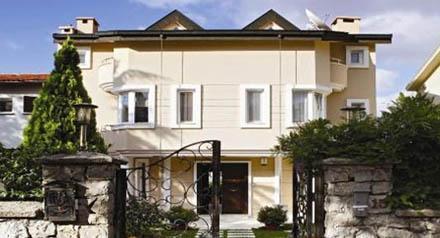 MUTLU ÇİFTİN SICAK YUVASI  Demet Şener ve İbrahim Kutluay iki çocuklarıyla birlikte burada yaşıyor.