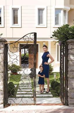 """Demet Şener, her bir detayın düşünüldüğü evi için """"Evlendiğimiz zaman The Ritz Carlton Otel'in rezidansında kalıyorduk. Bu ev de boş duruyordu. İbrahim 10 yıl önce almış ama hiç oturmamıştı. İrem doğunca buraya taşındık"""" diye anlatıyor Demet Şener Kutluay."""