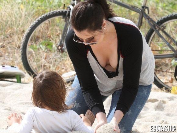 ABD'li televizyon yıldızı Kim Kardashian'ın kardeşleri Khloe ve Kourtney, Miami'de küçük Mason'u eğlendirirken görüntülendi.