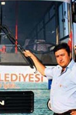 EN ÜNLÜ OTOBÜS ŞOFÖRÜ Önünde Darıca Belediyesi yazan bu otobüsün önünde poz veren adam size de tanıdık geliyor değil mi?   Bu ünlü şoför yani Şükrü Koruyucu, Türkiye'de TV ekranının en çok izlenen dizilerinden birinin oyuncu kadrosunda rol alıyor aynı zamanda...