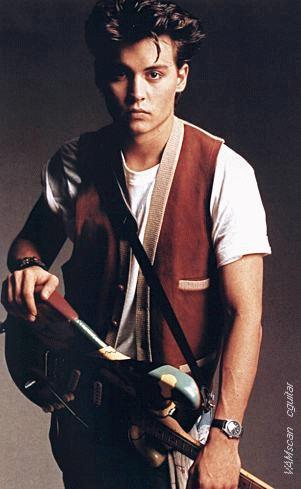SERVETİ DUDAK UÇUKLATIYOR Johnny Depp The Kids adlı bir müzik grubuna solistlik yapıyordu.