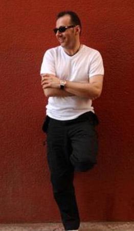 Tunç, yaptığı esprilerle dikkat çeken Pipis'i o dönem iş arkadaşı olan Mehmet Ali Erbil ile tanıştırdı.