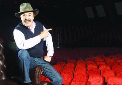 Ama eğer bu kadar başarılı bir müzisyen olmasaydı yakınları onu bir zamanların traktör şoförü Turan Bayburt olarak tanıyacaktı.