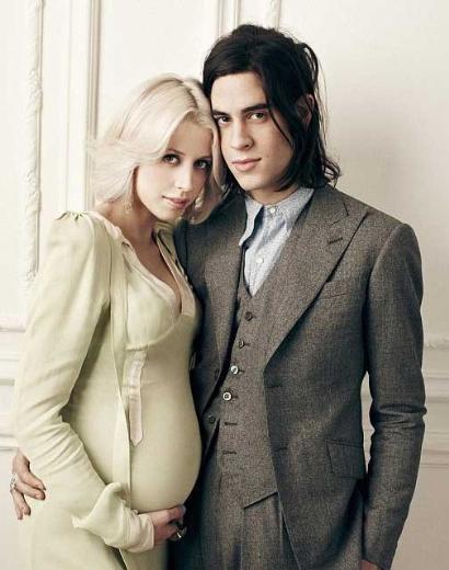 Ünlü müzisyen Bob Geldof'un 22 yaşındaki kızı Peaches Geldof, daha bir kaç ay önce zayıflayarak iki beden inceldiği için gündemdeydi.   Sonra magazin basınının manşetlerine başka bir nedende konu oldu. 22 yaşındaki Geldof hamileydi. Genç yıldız ve 20 yaşındaki nişanlısı Thomas Cohen'i bir bebek heyecanı sardı.   Genç çift, kısa bir süre sonra ilk bebeklerini kucaklarına alacakları günü bekliyor.