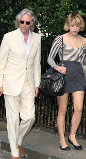 Cinsiyeti erkek olan bebeğin, Peaches Geldof'un henüz 11 yaşındayken kaybettiği annesi Paula Yates'in doğum gününde dünyaya gelmesi bekleniyor. Bu durum Peaches için ayrı bir mutluluk kaynağı.