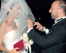 Bergüzar Korel ile Halit Ergenç, Binbir Gece dizisindeki aşklarını gerçek hayata taşıdılar. Korel, evlendiğinde 3 buçuk aylık hamileydi.