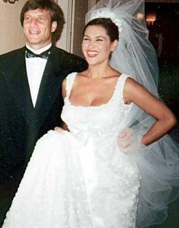 Türkiye'nin en güzel kadınlarından biri olan Hülya Avşar, 1992 yılında Kaya Çilingiroğlu ile aşk yaşamaya başlamıştı.   Uzun süre birlikte yaşayan çift, Avşar'ın 1997 yılında hamile kalmasıyla birlikte Paris'teki büyükelçiliğimizde dünyaevine girdi. Bu sırada Hülya Avşar kızı Zehra'ya dört aylık hamileydi.