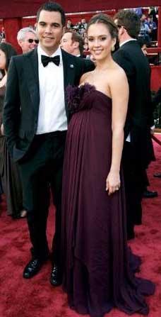 Hollywood'un ünlü aktristlerinden Jessica Alba da önce hamile kalıp sonra nikah masasına oturan yıldızlardan. Alba, yapmıcı sevgilisi Cash Warren ile mayıs ayında 8.5 aylık hamileyken dünya evine girdi.