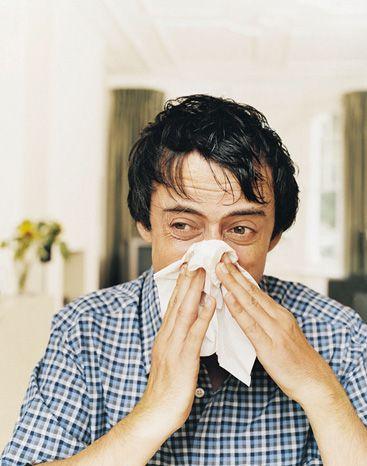 Kronik hastalığı olanlar daha dikkatli olmalı  Grip olan kişilerin çoğu tedaviye ihtiyaç duymadan hafif bulgularla hastalığı en geç 2 haftada tam olarak atlatabilmektedirler. Bazı insanlarda ise hastalık daha şiddetli seyretmekte hastanede yatması gerekmekte ve gribe bağlı komplikasyonlar oluşabilmektedir.   Özellikle 5 yaşın altındaki çocuklar, 65 yaş ve üzerindekileri, gebeler ve kronik hastalığı olanlarda zatürre, broşit, sinüzit. kulak enfeksiyonları gibi komplikasyonlar daha sık görülmektedir. Astım kronik akciğer, kalp ve böbrek hastalarının altta yatan hastalıklarının seyri kötüleşebilir.   Genellikle istirahat önerilmekte, bulgulara yönelik tedavi edilmekle birlikte; kronik hastalığı olan risk grubu hastalarda zaman zaman doktor kontrolünde ilaç kullanılabilmektedir.