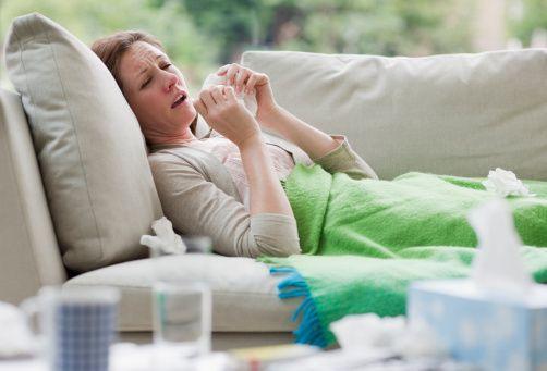 Bağışıklık sisteminizi güçlü tutun  Kış hastalıkları içerisinde sayılan grip, en sık Ocak ve Şubat aylarında zirve yapmakta Kasım ve Mayıs ayları arasında da sıkça görülebilmektedir.   Hastalığı kolay atlatmak için uygulanacak tedavi kadar hastalanmamak için bağışıklık sistemimizi güçlü tutacak önlemler almak da önemlidir. İnsanlar bu konuda geçmişe kıyasla daha bilinçli davranmakta. Hastalık belirtilerini göstermeden tedbirler almaktadırlar.