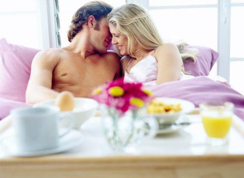 Seks hayatınızı renklendirmek istiyorsanız işte size birkaç öneri:  1- Birbirinizle konuşun. Çünkü psikologlara göre partnerinizle yatakta doğru bir iletişim kurabilmek ilişkiniz açısından önemli.