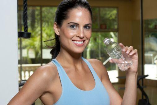 Sağlık Bakanlığı, 'çok az yiyorum ama su içsem yarıyor' diyerek fazla kilolarından yakınanlara cevap verdi. 'Obezite (şişmanlık) Konusunda 70 Soru 70 Cevap'ta, 'Yanlış zayıflama diyeti uygulamaları nelerdir?', 'Çok düşük kalori içeren şok diyetlerle kilo vermenin sakıncası var mıdır?', 'Çok az yiyorum ama su içsem yarıyor! Neden bazı insanlar çok fazla yemek yedikleri halde şişmanlamazlar?' gibi sorulara cevap verildi.  Bakanlığın 70 soruya 70 cevabından bazıları şöyle...