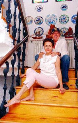 Ünlü sunucu Erkan Yolaç'la mutlu bir evliliği var.