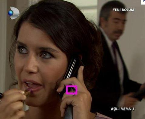 BİHTER DE TELEFONU TERS TUTUYOR Aşk-ı Memnu'da Bihter karakterinin telefonunu ters tutması da dikkatlerden kaçmamıştı.