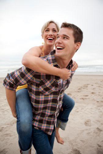 Evliliğinizde veya ilişkinizde sorunlar mı var? Sorunsuz ilişki olmaz ama kronikleşirse korkulan son kaçınılmaz olabilir. Oysa uzmanların tavsiye ettiği birkaç basit ve etkili kurala uymak sizi mutluluğa kavuşturabilir.  Mutlu ve sorunsuz bir evlilik, bu kuruma adımını atmış çiftler için en önemli tercihtir. Ancak ister evlilik olsun ister beraberlik, başarılı bir ilişki göründüğü kadar kolay değildir. Karmaşık bir yapıya ve hassas dengelere dayalı olan kadın-erkek ilişkisinin başarısıysa, uzmanların tavsiye ettiği bir takım basit ama önemli kurallara uymakla mümkün.
