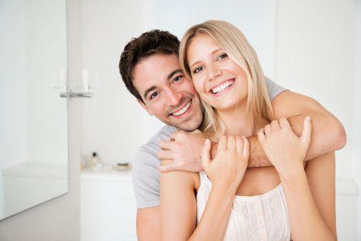Dr. Keçe, evliliğin yolunda gitmemesinin en önemli nedenlerini, birbirini suçlayıcı tavır alma, küçümseme, saygısızlık, sürekli kendini savunma, iletişimsizlik ve saldırganlık olarak sıralıyor.  Peki mutlu bir evliliğin kuralları nedir? Dr. Keçe 10 altın kuralı şöyle açıklıyor:  İŞTE MUTLU EVLİLİĞİN 10 ALTIN KURALI  1-  Bankada bir hesap açtığınızı düşünün. Bu hesaba ne kadar mutlu an yatırırsanız ilişkiniz de o kadar mutlu ve uzun ömürlü olur. Amacınız hesabınızı mutlulukla doldurmak olmalı.  2- Birbirinize olan ilgisizliğinizin nedenini bulun. Kıskançlıklar, hep bir arada olma, ilginin çocuklara kayması, maddi sorunlar, evlilik sorumluluklarının ağır gelmesi ve gerçekçi olmayan beklentiler çiftin birbirlerine olan ilgisini azaltabilir.