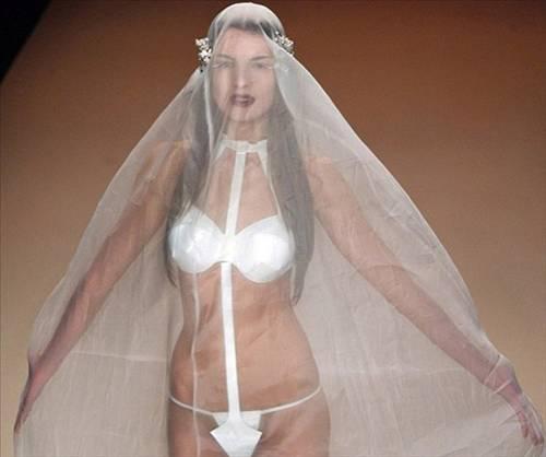 'Kaviar Gauche'nin tasarımı olan gelinlik defilenin en çok konuşalanları arasında yerini aldı.