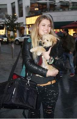 Neriman Derya Şensoy, ünlü bir oyuncu anne- babanın, Derya Baykal ile Ferhan Şensoy'un küçük kızı.   1990'da dünyaya gelen Derya Şensoy, Üsküdar Amerikan Kız Lisesi'ni bitirdi.