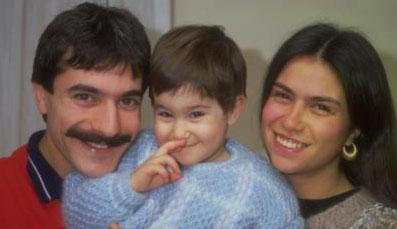 Sezin, babası Mehmet Ali Erbil ve annesi Muhsine Kamiloğlu ile birlikte.