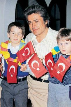 Arkın, yıllar önce oğulları Murat ve Kaan ile.